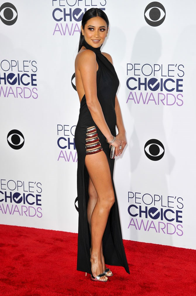 PWOAH, we knew she loved a split, but this dress took things to a whole new level at this year's People's Choice Awards.