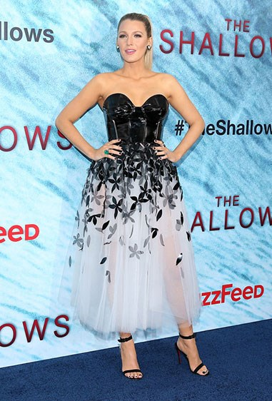 After spending 95% of her time filming *The Shallows* in a bikini (looking hot AF btw), Blake opted for an ~*edgy*~ Caroline Herrera midi dress for the premiere. Patent leather + black florals = YASSS girrrl.