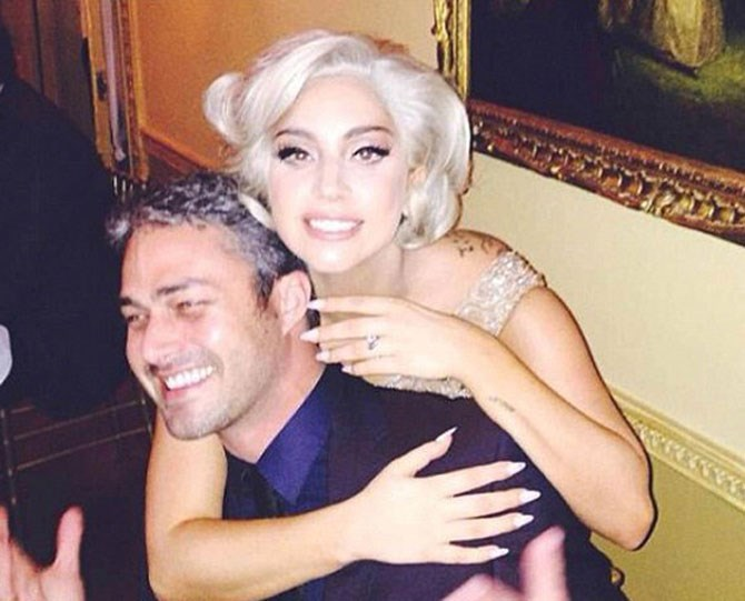 3. Gaga showing off her gorgeous ring