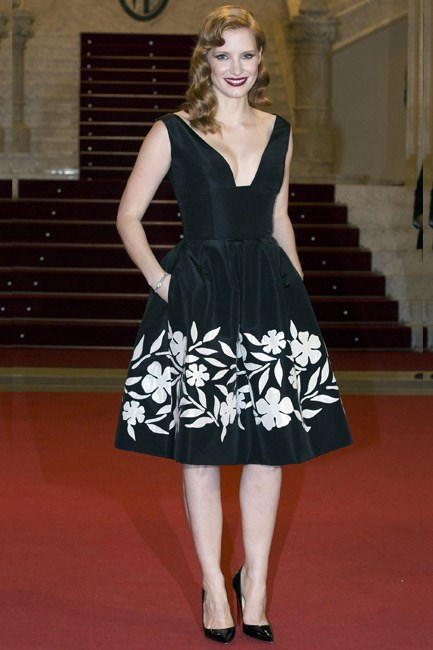 Retro up top and contemporary down the bottom (by way of pockets), Jessica Chastain in Oscar de la Renta was pin-up pretty.