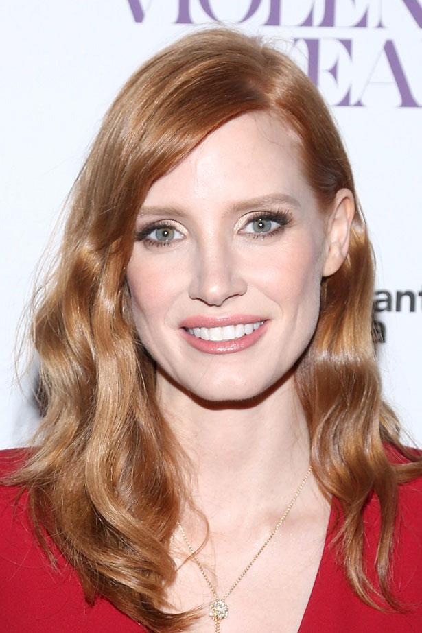 <p>Gold eye shadow shines behind smudged in black liner and false lashes. Add easy side-parted waves. </p> <em>Jessica Chastain </em>