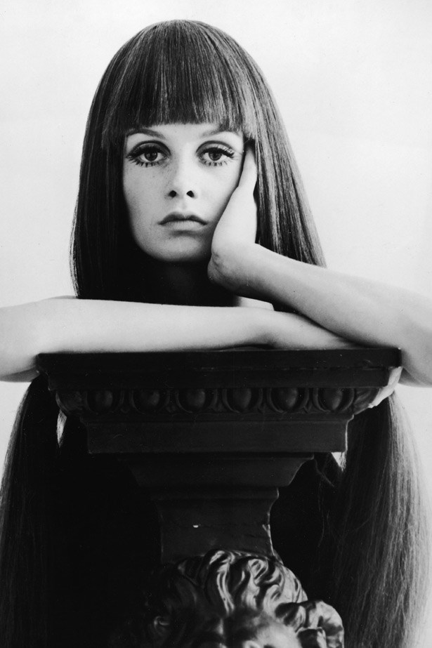 Working non-stop for almost four years, Twiggy posed for every major international magazine and fashion photographer and became a cultural icon. Here, she is seen wearing a blunt, dark wig on a shoot.