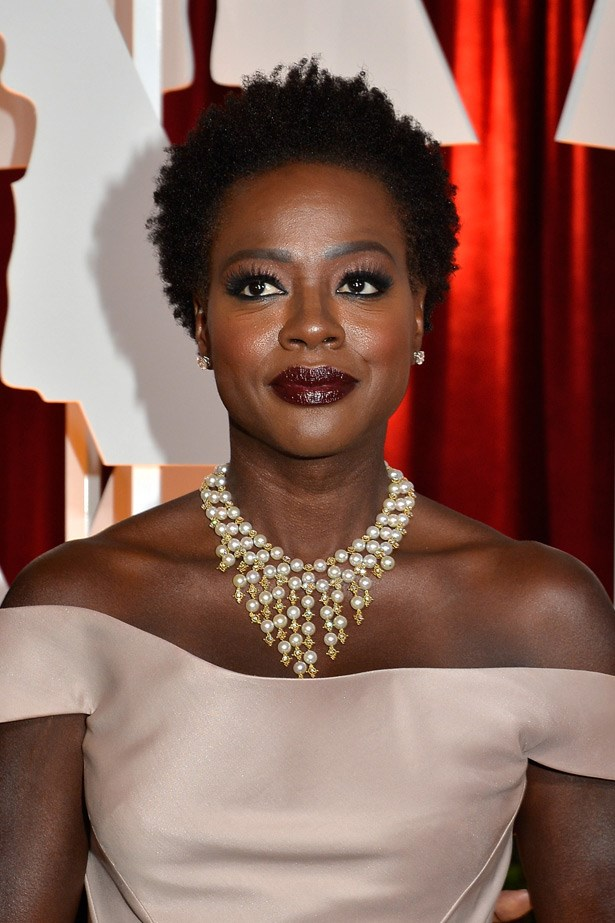 VIola Davis looked stunning in a beautiful necklace by Van Cleef & Arpels.