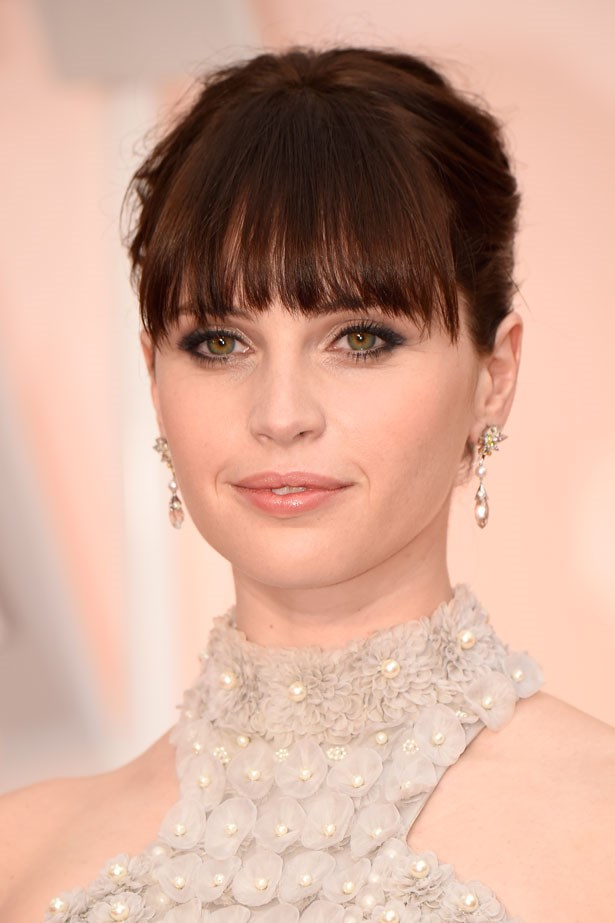 <p><strong>The Smoky Eye</strong></p> Felicity Jones with kohl rimmed eyes.