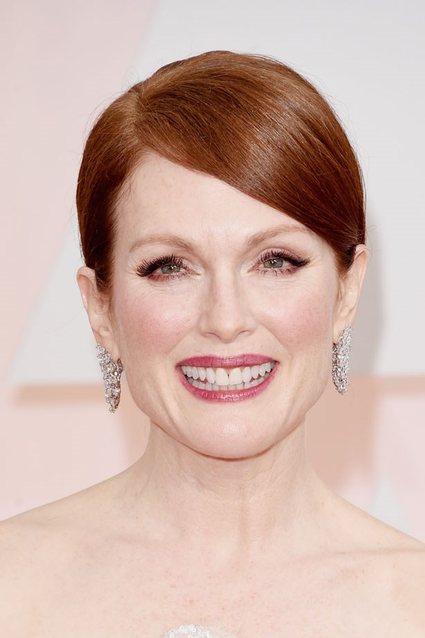 <p><strong>The Berry Lip</strong></p> Julianne Moore with an easy plum toned lip stain.