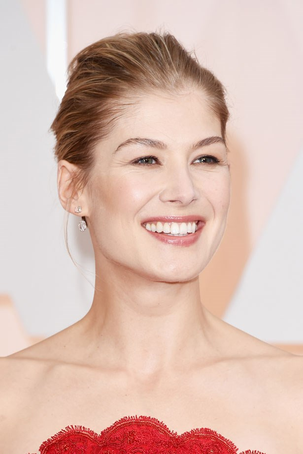 <p><strong>The Minimal Look</strong></p> Rosamund Pike let her dress stand alone by pairing it with a glossy nude lip.