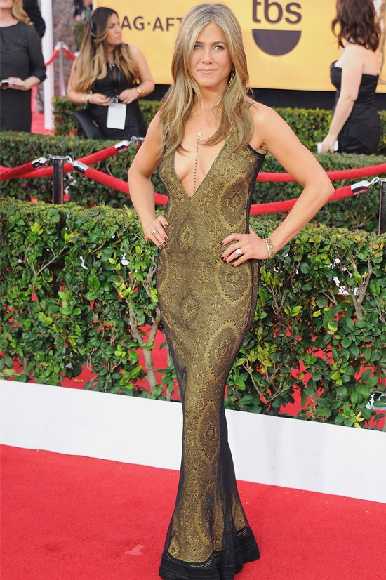 """<strong>DON'T: INSTINCTIVELY PLANT YOUR HANDS ON YOUR HIPS</strong> Sure, it looks great when Jennifer Aniston is posing for the shutterbugs. But in real life, the """"arms akimbo"""" pose, as it's called, comes off as hostile during social interactions."""