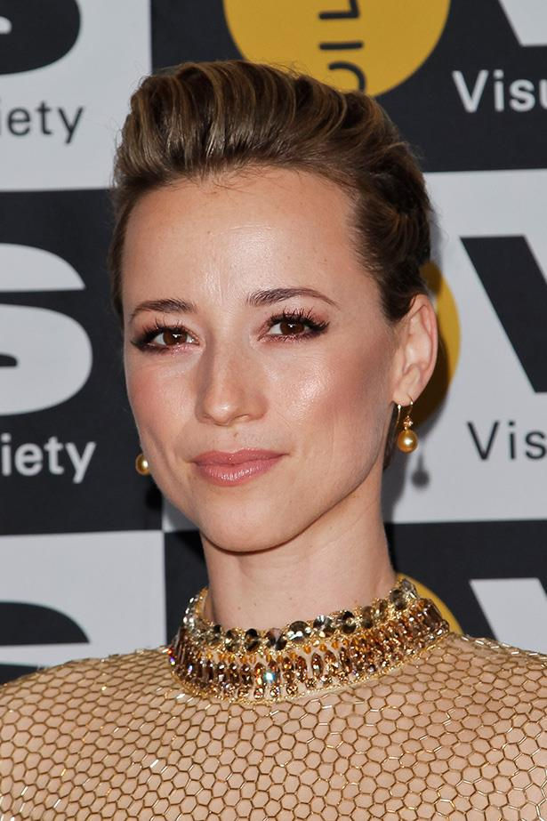 <em>Revenge</em> actress Karine Vanasse is every bit a bronzed goddess with this  beauty look that seamlessly matches her gold gown.