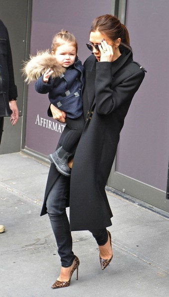 Waving to her fans while out with Mom in New York.