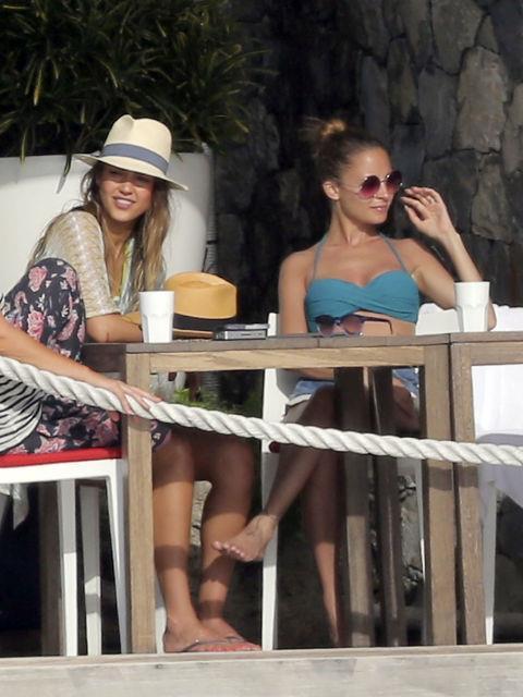 JESSICA ALBA AND NICOLE RICHIE. Girl getaway friends.