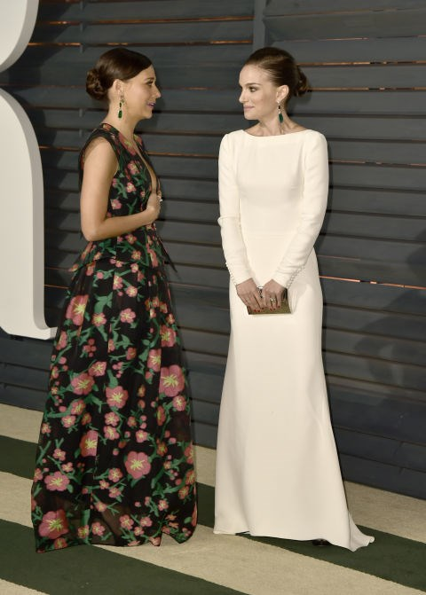 RASHIDA JONES AND NATALIE PORTMAN. Puppy-loving friends.