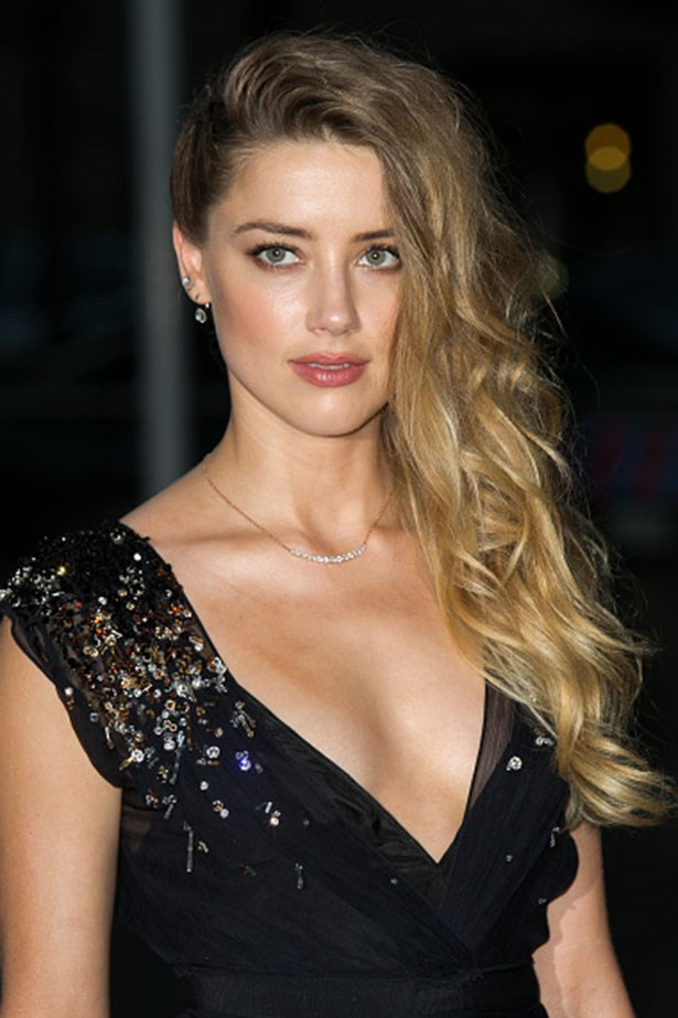 <strong>Amber Heard </strong> <br> <br> <em>Side swept hair and nude lips</em>