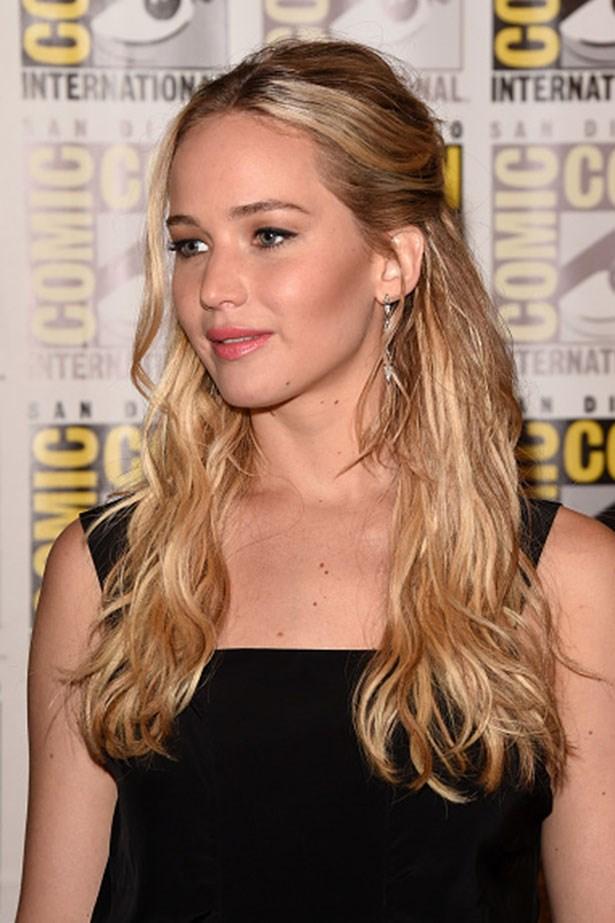 <strong>Jennifer Lawrence</strong> <br> <br> <em>Half-up hair and contoured cheeks</em>
