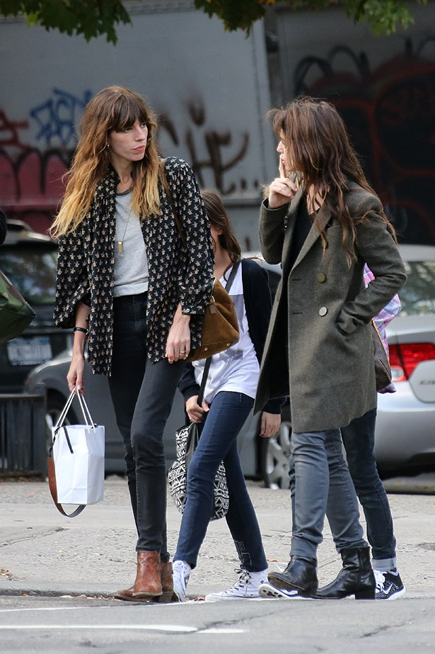It would frankly be possible for Lou Doillon and Charlotte Gainsbourg to  be anything other than effortlessly chic, non?