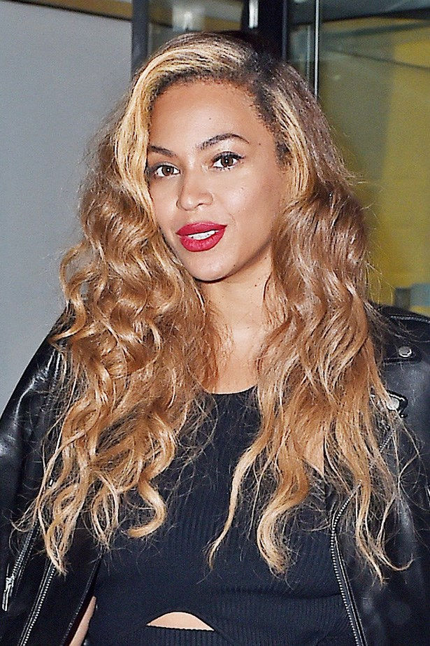Always the colour chameleon, <strong>Beyoncé</strong> employs strategic colour application to frame her face.