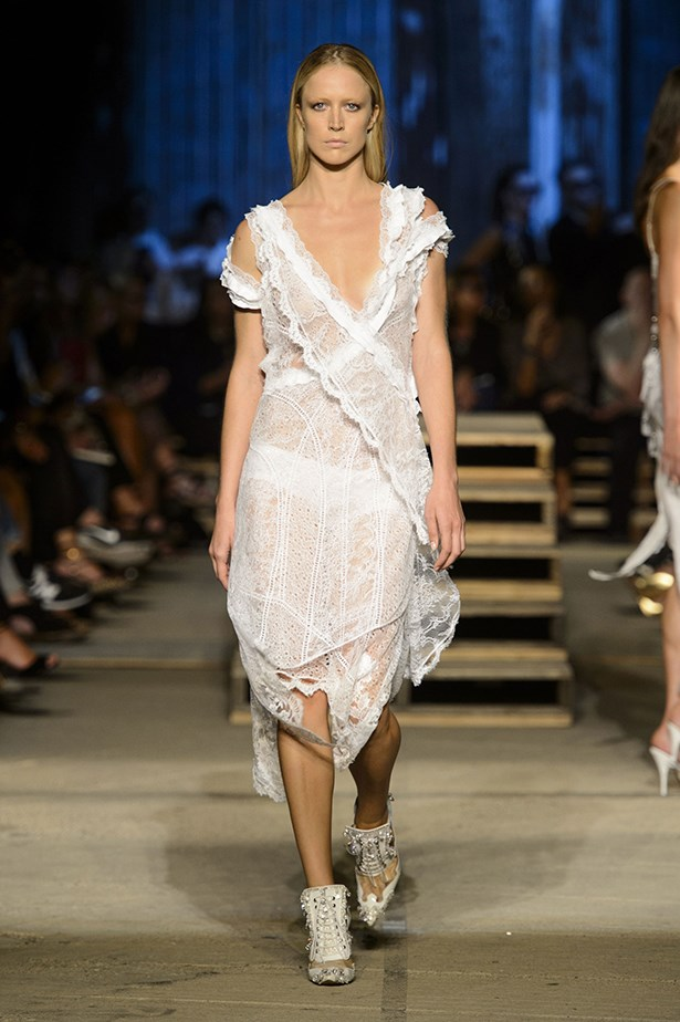 Raquel Zimmermann returns to the runway on an angelic note, prompting us to drape ourselves in virginal lace and break out the big underpants. Our inspiration for the summer.