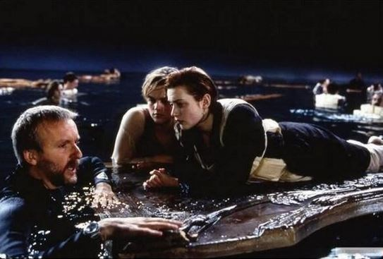 "<strong>The Titanic (1997)</strong> <br> <br> Director James Cameron with Kate and Leo in this emotional scene. <br> <br> Image: <a href=""https://twitter.com/MakingOfs/status/641339018169331712/photo/1"">Twitter</a>"