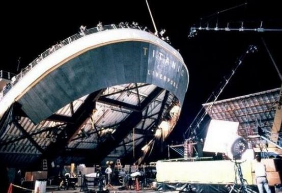 "<strong>The Titanic (1997)</strong> <br> <br> Behind the scenes. <br> <br> Image: <a href=""https://twitter.com/MakingOfs/status/650491073123479552/photo/1"">Twitter</a>"
