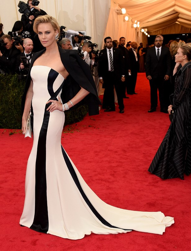 Charlize Theron looks fierce thanks to this Dior gown.