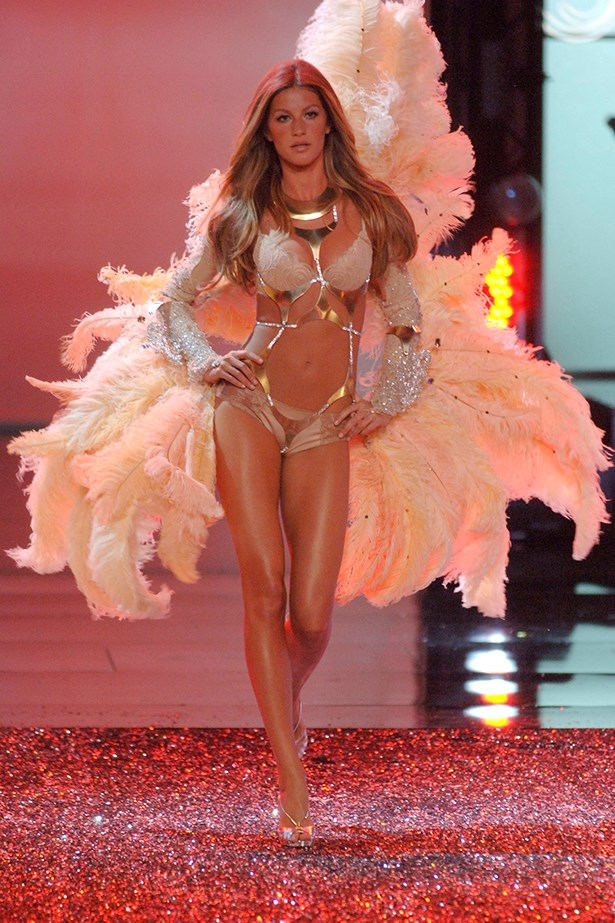 But nothing can compare to Gisele's last walk in 2006. She seemed to sense that this would be her last and gave it her all. Respect.