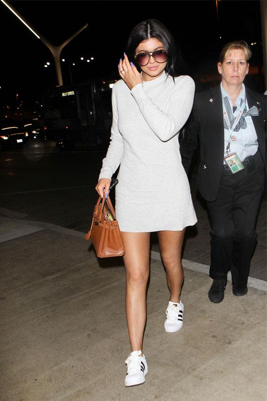 Kylie nails airport style again, featuring very large sunglasses.