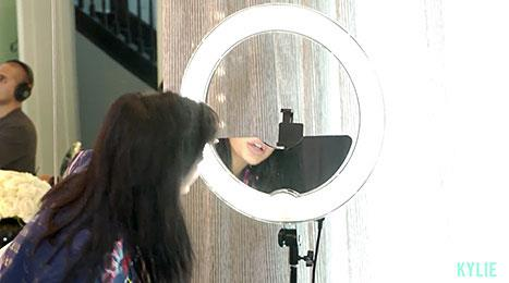 <p>Kylie gives us a closer look at THAT selfie light.</p>