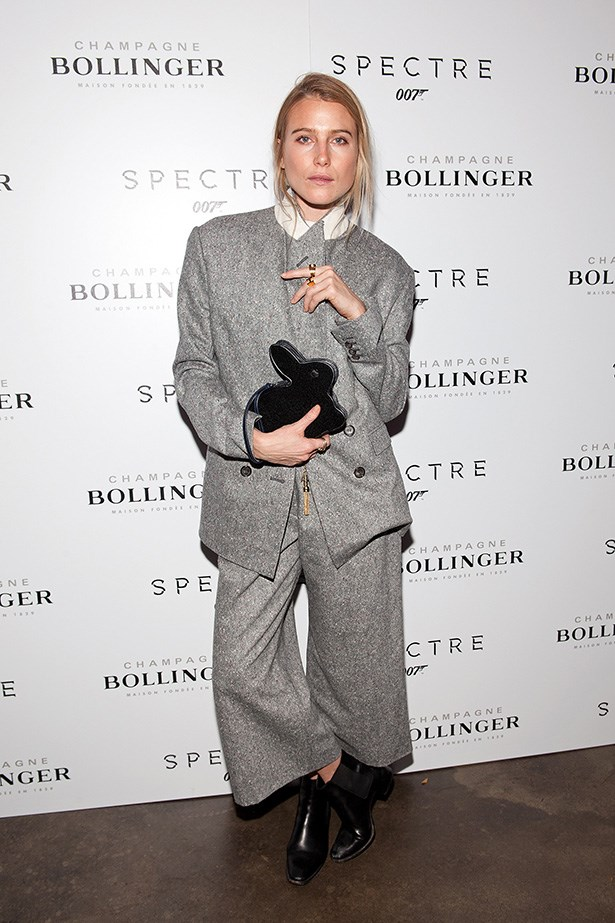 Model Dree Hemingway has relaxed, insouciant dressing on lock.