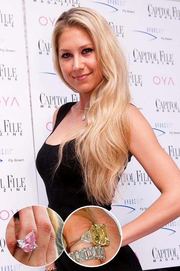 Anna Kournikova rocked these two coloured engagement rings from her fiance, Enrique Igelsias.