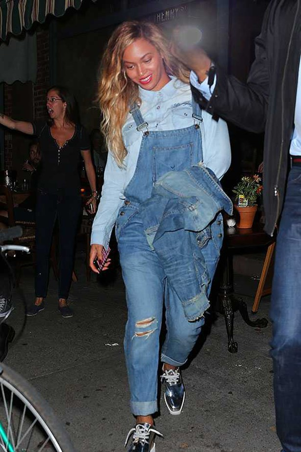 Beyoncé <p> <p> Bey, in a triple denim dungaree combo, steps out for pizza with Jay in Brooklyn. Strong look.