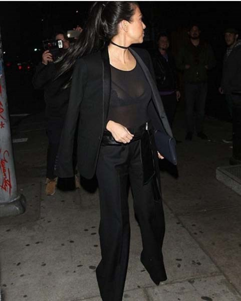 @kourtneykardashian added the final touch to her black-on-black outfit with the use of her delicate choker.