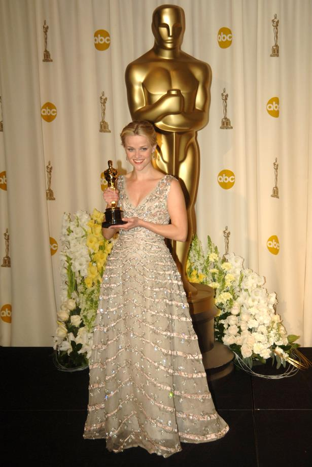 Reese Witherspoon matched her award in shimmering gold Oscar de la Renta in 2005.