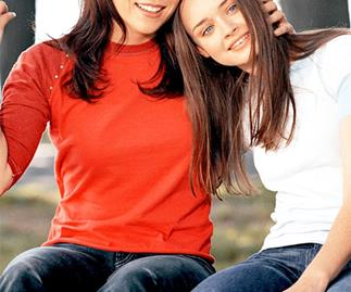 Alexis Bledel and Lauren Graham as Lorelai and Rory Gilmore in Gilmore Girls.