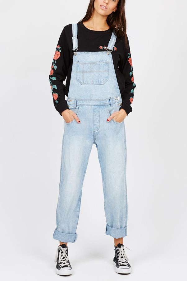 <strong>3. DO A DUNGAREE</strong> <br><br> Choose a baggy pair of overalls a size up and you'll be able to wear them from your first trimester until you're practically about to give birth. Just wear a longer-length tee or tank underneath and strategically undo side buttons as you expand. Pair with cool old-school trainers.