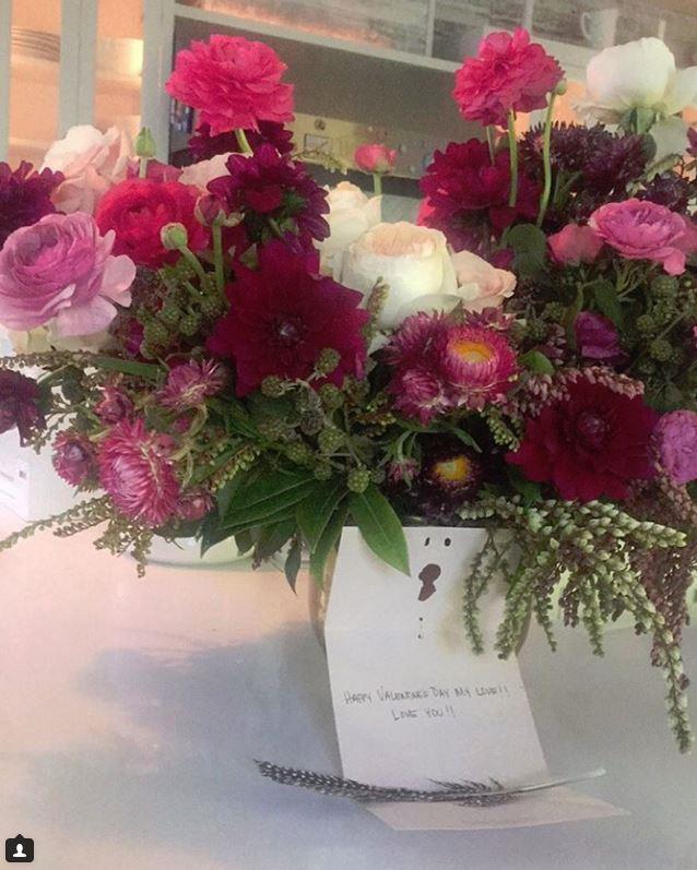 Jessica Alba got some pretty nice flowers from her beau, Cash Warren.