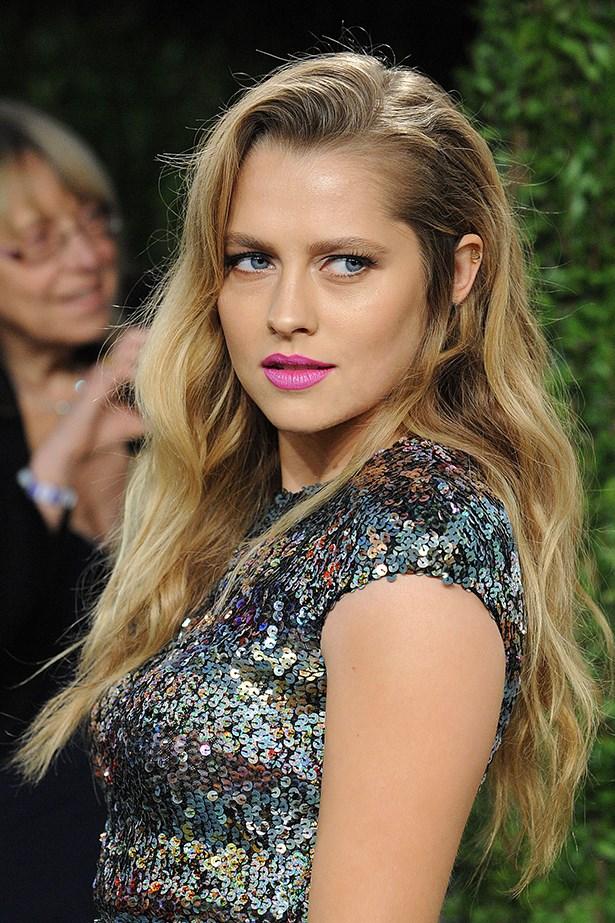 2013, A pared back eye pulls focus to a fun fuchsia lip at the Vanity Fair Oscar Party.