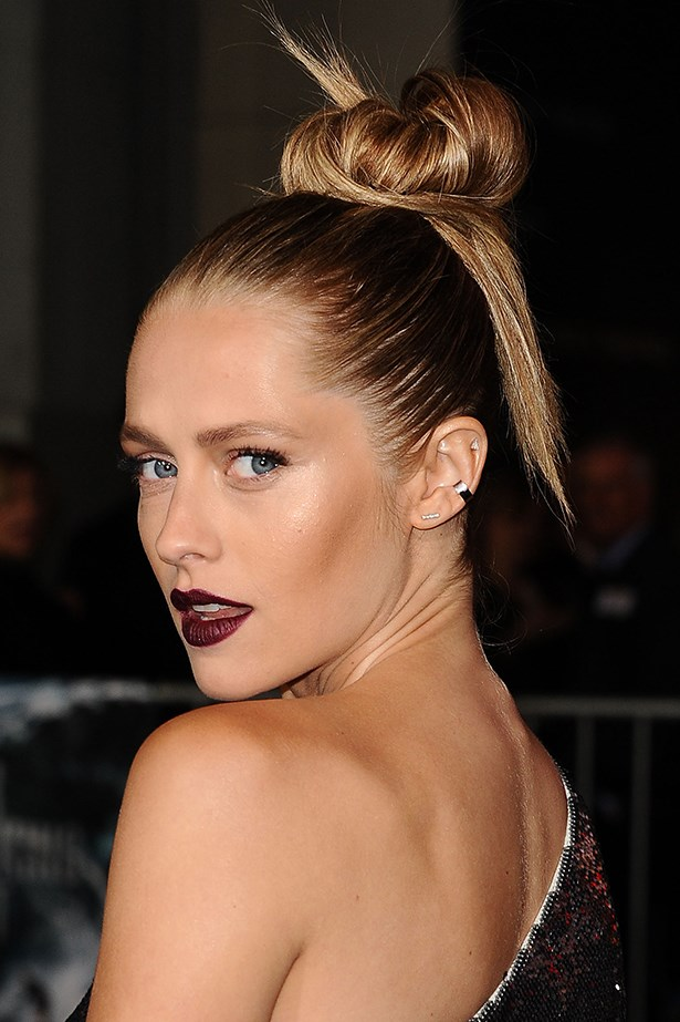 2015, A chic topknot complements chiselled cheekbones and a plum pout at the premiere of Point Break.