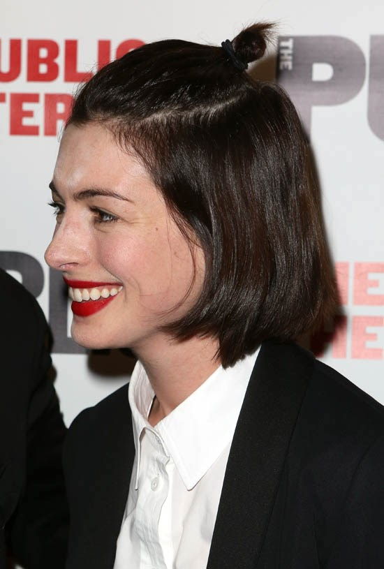 <strong>Anne Hathaway</strong> <br><br> Anne Hathaway opts for the half-up half-down look.
