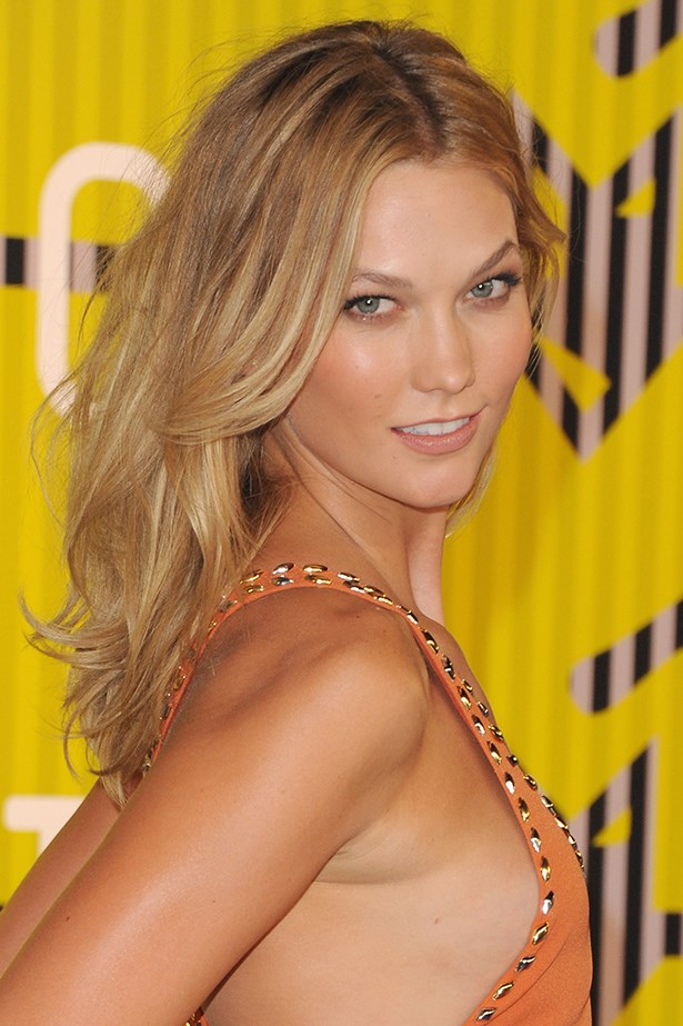 2015, Karlie is glowing golden at the <em>MTV Video Music Awards</em> with softly bronzed cheeks and a neutral lip.