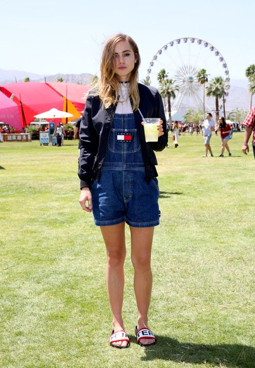 <strong>SUKI WATERHOUSE</strong> <br><br> In Tommy Hilfiger overalls with Hunter Original jacket and and sandals.