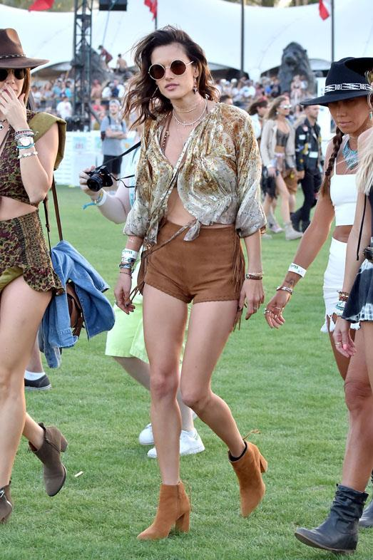 <strong>ALESSANDRA AMBROSIO</strong> <br><br> In Stuart Weitzman boots.