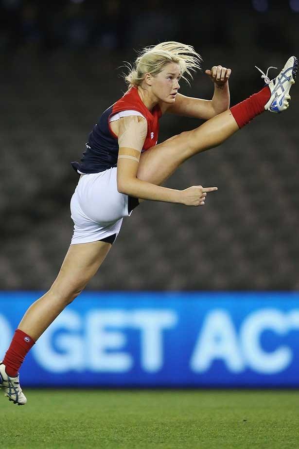 Tayla Harris in a women's AFL exhibition match in 2015