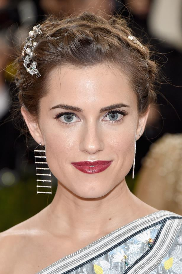 <em>Girls</em> star Allison Williams shows off a lightly tapered arch at the 2016 Met Gala.