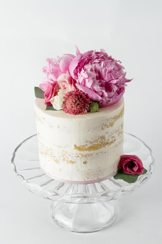 """<p> FRESH FLOWERS<p> <p> Fondant and icing flowers can come off a bit old school, so why not go for fresh, colourful flowers to top your cake?<p> <p> <a href=""""http://bestfriendsforfrosting.com/"""">Best Friends For Frosting</a>."""