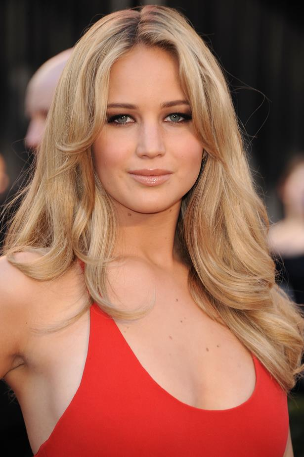 February 2011. Jen turned up the glam for the <em>Oscars </em>with bombshell waves and a dark smokey eye.