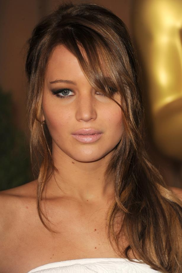 February 2013. A loose side ponytail and a nude lip show off Jen's glowing tan at an <em>Oscars </em>luncheon in LA.