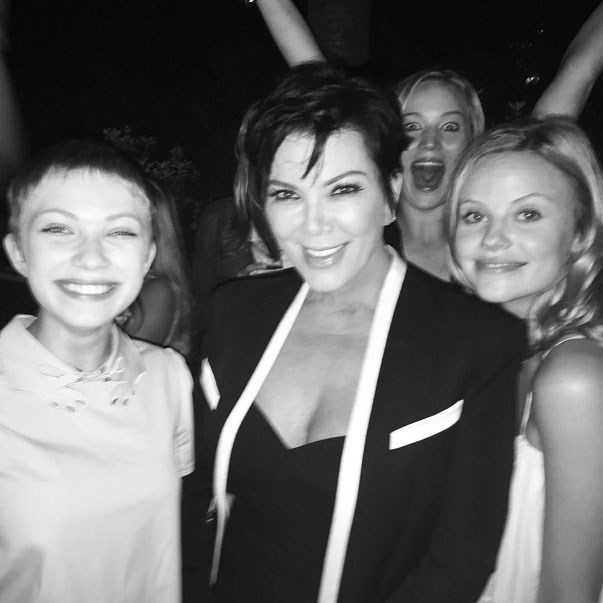 <p><strong>Kris Jenner, Tavi Gevinson and Jennifer Lawrence</strong> <p>Photobombing friends.