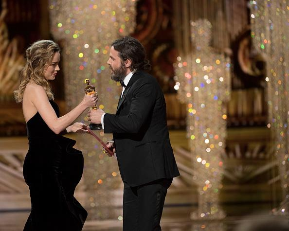 "Brie Larson still kept her distance from Casey <a href=""http://www.elle.com.au/news/celebrity-news/2017/1/oscar-nominations-2017-casey-affleck-and-mel-gibson/"">Affleck</a>, as much as she could."