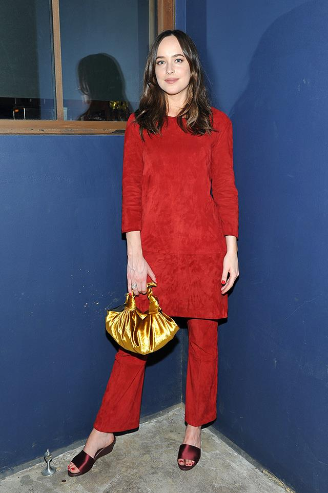 Dakota took the opportunity to school us on how to style a monochrome outfit at the Power Stylists Dinner, hosted by The Hollywood Reporter and Jimmy Choo, last night. Pairing her deep red tunic with trousers in the same colour and wedged mules, Dakota broke up the look with a shiny golden bag by The Row. Ç'est magnifique.