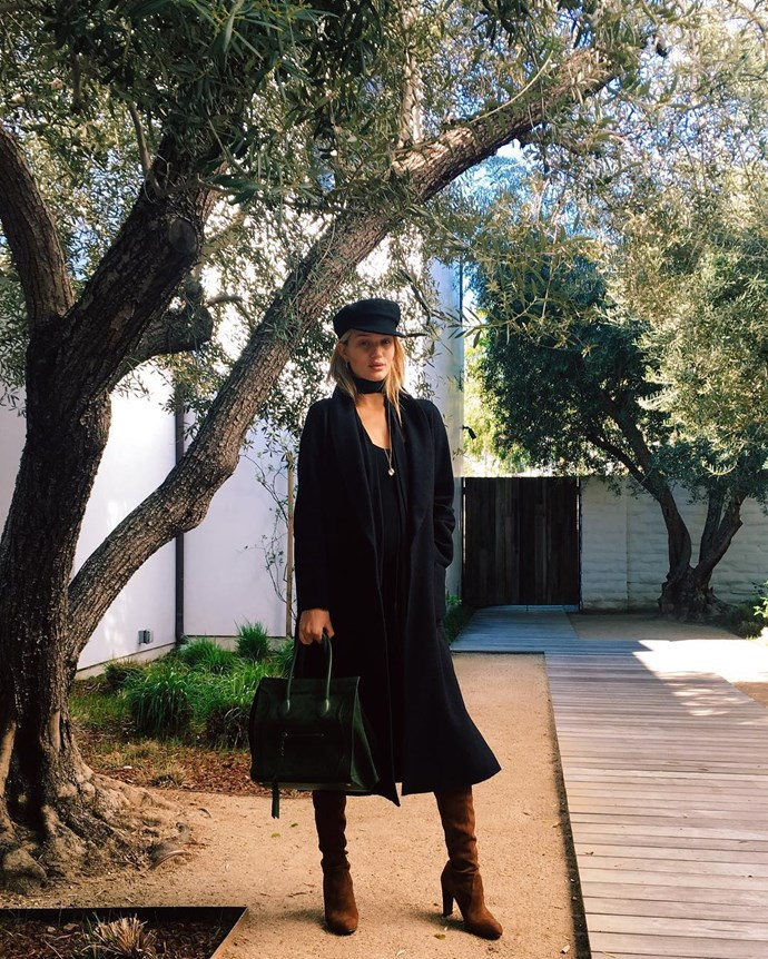 An all-black look topped with a flat-cap? Très chic.