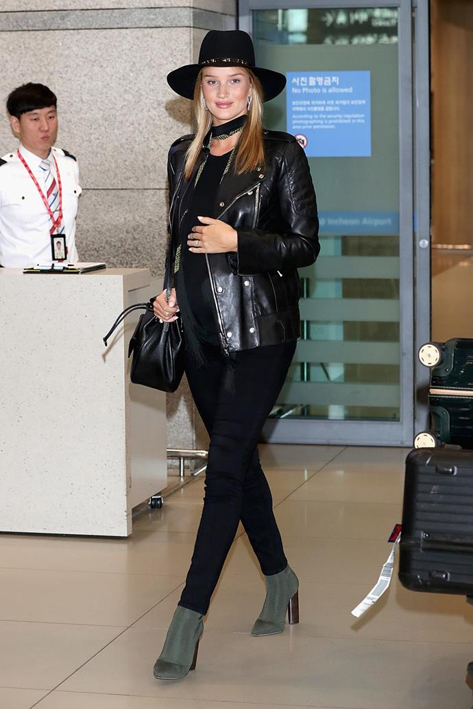 Maintaining her perfect airport style-standard, Rosie was spotted at Seoul airport wearing an all-black outfit, with olive green boots.